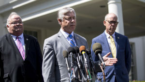 De republikanska kongressledamöterna Fred Upton (i mitten) från Michigan och Billy Long (t.v.) från MIssouri håller presskonferens efter att de träffat Donald Trump i Vita huset.