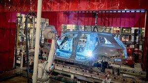 Robotit rakentavat autoa.