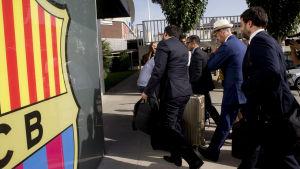 Neymars jurister på besök hos FC Barcelona.