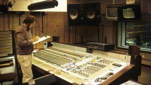 M1-studion tarkkaamossa Kajaanin äänipöydän ääressä äänittäjä Kaj Chydenius 1.10.1985