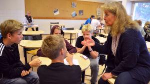 Nyhetsmentorn Anna Savonius ger råd åt eleverna.