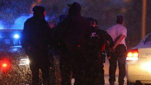 En misstänkt man från skottdrama vid abortklinik i Colorado Springs leds bort av polis.