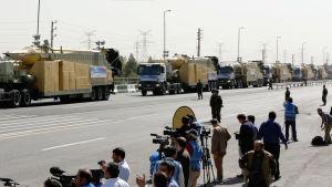 Medeldistansmissilen 'Zelzal' visas upp i militärparad i Teheran i april 2015
