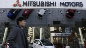 Fotgängare utanför Mitsubishis huvudkontor i Tokyo, Japan