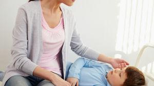 Mamma tar hand om sin son.