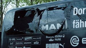 Ett splittrat fönster i Dortmunds spelarbuss.