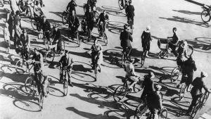 Tiotals cyklister trängs i en korsning i Köpenhamn på 30-talet.