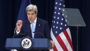 John Kerry håller tal inför pressen om Obamaadministrationens visioner för fred i Mellanöstern den 28 december 2016.