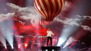 Man stående i kuliss formas som en luftaballong