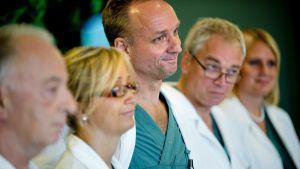 Kirurgen Mats Brännstrom, tredje från vänster med sitt team vid en presskonferens den 18 september 2012 efter en lyckad livmodertransplantation vid Sahlgrenska Universitetssjukshuset.