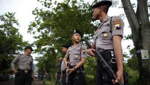 Indonesisk polis står vakt.