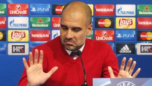 Pep Guardiola grimaserar.
