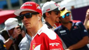 Kimi Räikkönen lyssnar på musik.