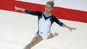 Gymnasten Ksenia Afanasjeva gör spagat klädd i dräkt med vitt, turkost och svart.