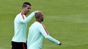 Cristiano Ronaldo satte den första straffen och Ricardo Quaresma sköt in den sista när Portugal slog Polen i kvartsfinalen. I kväll ställs de mot Wales.