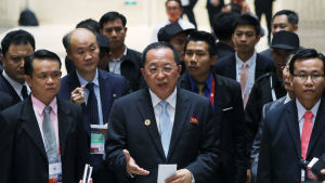 Nordkoreanska dipklomater vill varken bekräfta eller förneka uppgifterna om att Thae Yong Ho skulle ha hoppat av från ambassaden i London.Här omgärdas utrikesminister Ri Yong Ho av sina medarbetare under ett besök i Laos nyligen
