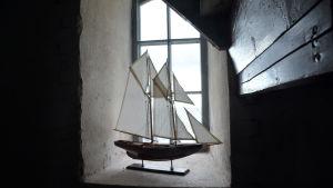 En segelbåtsmodell i fönstret i Söderskär fyr
