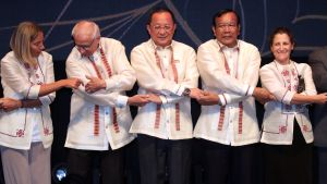 Nordkoreas utrikesminister Ri Yong-Ho(i mitten) deltar som bäst i en regional säkerhetskonferens i Manila, Filippinerna