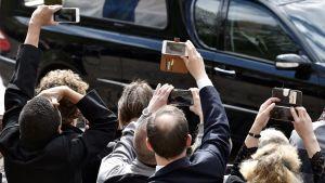 Många ville ta bilder av begravningsföljet i Helsingfors den 25 maj 2017.