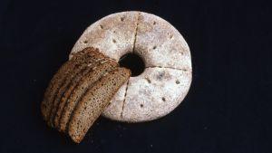 Leipomoteollisuus. Leipä (reikäleipä, ruisleipä) ja ruislimpun viipaleita.