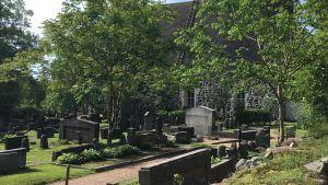 Pojo kyrka med gravgården framför.