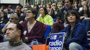 Anställda vid Radio France deltar i ett fackföreningsmöte under strejken.