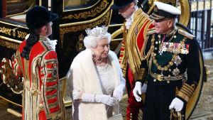 Drottning Elizabeth II anländer till parlamentet i London för att presentera regeringen Camerons politk.