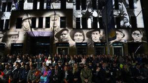 Krigsveteraner och deras anhöriga firar Anzac-dagen.Det har i år gått exakt 100 år sedan man börjad fira dagen då styrkor från Australien och Nya Zeeland landsteg i turkiska Gallipoli år 1915
