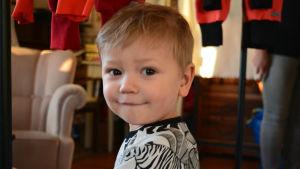 Ett barn iklätt närproducerade kläder