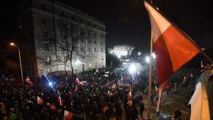 Protester mot ny medielag utanför det polska parlamentet sejmen i Warszawa.