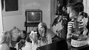 Perheen lapset katsovat televisiota vuonna 1959.
