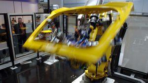 Industrirobot bearbetar bildörr