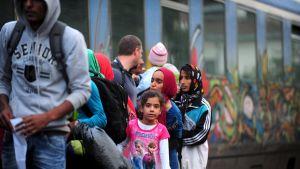 Flyktingar ska stiga på tåget till Serbien från staden Gevgelija vid den makedonisk-grekiska gränsen den 30 juni 2015.