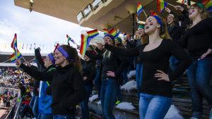 Hejarklacken med regnbågsflaggor.