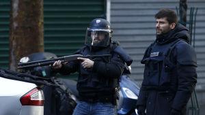 Parispolis sköt ihjäl terrormisstänkt utanför polisstation 7.1.2016
