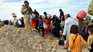 Irakiska soldater evakuera människor i västra Irak.