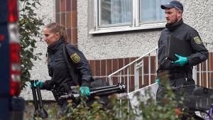 Polis i Leipzig där den misstänkte greps på lördag.
