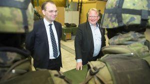 Finlands försvarsminister Jussi Niinistö (Sannf) och hans svenska kollega Peter Hultqvist