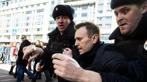 Aleksej Navalnyj grips under protesten i Moskva 26.3.2017