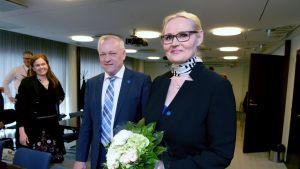 Veera Ruoho välkomnas med blommor i Samlingspartiets riksdagsgrupp