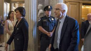 John McCain på väg och rösta den 25.7.2017