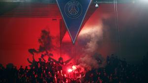 En del av Chelseas bortasupportar visade upp sig från sin sämsta sida i Paris.