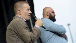 Sannfinländaren Matias Turkkila (till vänster) och komikern Ali Jahangiri vid manifestationen för mångkulturalism vid Medborgarplatsen i Helsingfors den 28 juli 2015.