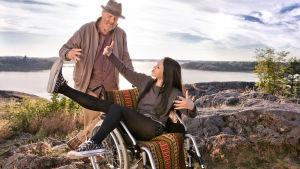 vesa-Matti Loiri och Lenia Susi jammar på stranden i elämältä kaiken sain
