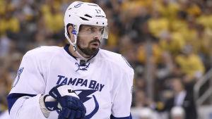 Ishockeyspelare ser koncentrerad ut under spelavbrott.