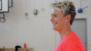 Nina Björklöf är gymnastiklärare i Vindängens skola i Esbo