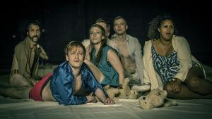 Från pjäsen Houellebecq!  från vänster skådespelarna  Paul Olin, Kristofer Gummerus, Sannah Nedergård, Wilhelm Enckell, Tuuli Heinonen på ett lakan.