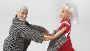 Två dockor som kramas lite konstigt.