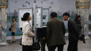 Nordkoreaner läser om det spända läget på uppsatta tidningar på en metrostation i Pyongyang