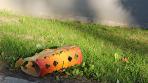 Ölförpackning på gräsmatta.